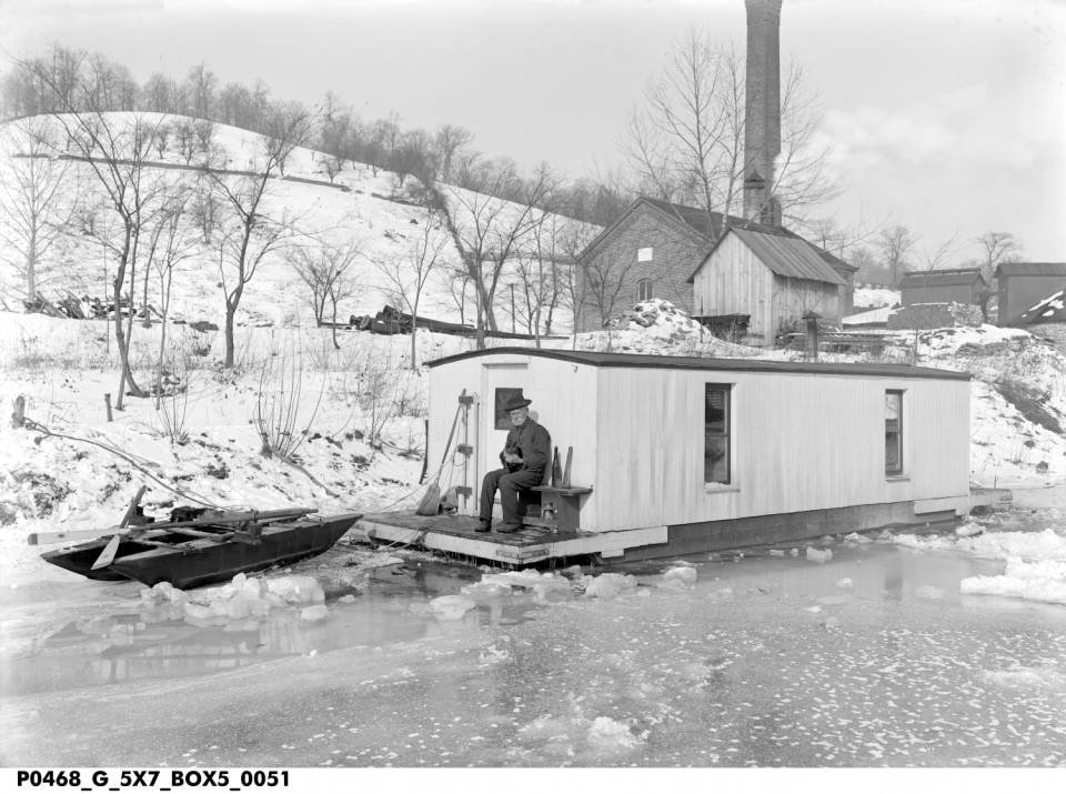 Shantyboat in Winter