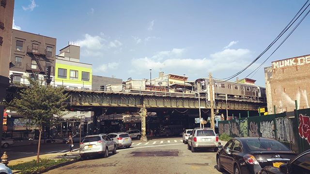 In case you were wondering if they were any traces of old Brooklyn still existing… The elevated moves over Bushwick #Brooklyn #NYC #ILoveNY #ElTrain #Bushwick #Shantyboat